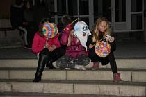 Když končí podzim a začíná zima, děti v Břidličné se pustí do Uspávání broučků.