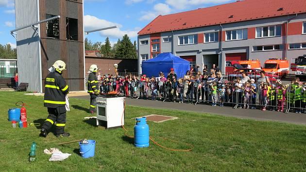 Den požární bezpečnosti připadl na pátek třináctého. Takto vypadal den otevřených dveří na základně bruntálských hasičů.