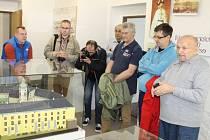 Bruntálský kronikář Josef Cepek (vpravo) provedl polské novináře a pracovníky v propagaci cestovního ruchu městskou expozicí.