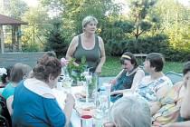 Pečovatelka roku Jiřina Červenková (stojící uprostřed) se klientům věnovala i ve svých volných chvílích.