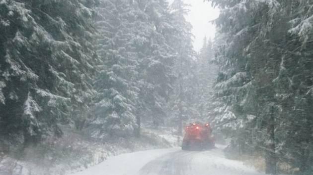 Silničáři poprvé v nové sezóně vyrazili do Jeseníků zprůjezdnit nejvýše položené komunikace, které zavál sníh.