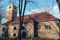 Současnost: na kostele svítí nová šindelová věž a nová střecha. Zdá se, že se památku podařilo zachránit.