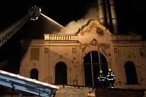 Jedenáct jednotek hasičů zasahovalo vnoci zneděle na pondělí 11.5. vRýmařově  vprůmyslovém areálu u požáru střechy haly, vníž je umístěna pec na hliník.