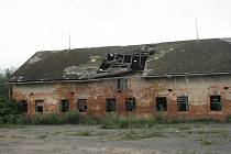 Bývalé kravíny ve Slezských Rudolticích, kterým se pod náporem sněhu zřítila střecha, čeká demolice. Tento zemědělský areál je majetkem Pozemkového fondu.