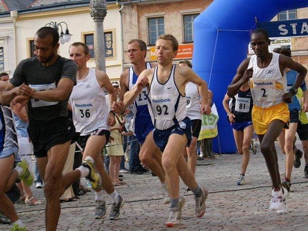 O vítězství zápolili mladí běžci od nejmladší kategorie až po elitní závod mužů, který byl opravdovým vyvrcholením Mezinárodního večerního běhu Bruntálem.