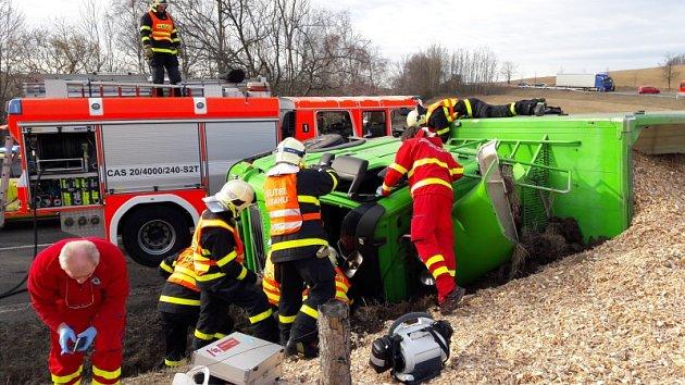 Profesionální hasiči z Bruntálu se ve čtvrtek ráno velmi zapotili při časově i technicky náročném vyprošťování řidiče českého kamionu Volvo s dřevěnou štěpkou, který havaroval ve Václavově u Bruntálu a skončil v příkopu.