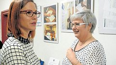 Vedoucí pečovatelské služby Lucie Burdová (vlevo) a ředitelka společnosti Help – in Jana Hančilová na výstavě fotografií ze života klientů této společnosti.