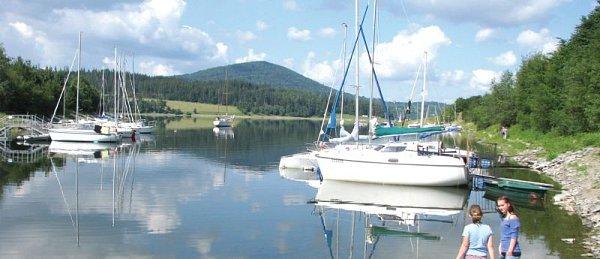 Slezská Harta nabízí dobré větrné podmínky a krásný pohled na okolní krajinu. Tohle je pohled na přístav vLeskovci nad Moravicí svrcholkem Velkého Roudného vpozadí.