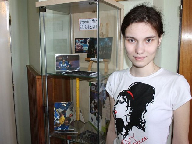 Klára Řepková s výstavkou, kterou na její počest zřídili v prvním patře bruntálského gymnázia, kde mladá kosmonautka studuje.