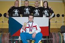 Tomáš Juříček (dole) s týmem. Zleva trenér Václav Stuchlík, asistent Petr Gracias, vpravo přítelkyně Eva Bartoníčková.