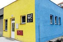 """Symbolem Krnova je modrá a žlutá, kterou známe z praporu i městského znaku. Modrou a žlutou barvu má i přízemní objekt ve Vodní ulici, který je označený nápisem """"Veřejné WC"""". Slouží svému účelu už od srpna 2011."""