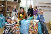 Mladí hasiči nasbírali během šesti měsíců neuvěřitelných 280 kilogramů plastových víček. Výtěžek z prodeje půjde na léčbu nemocného chlapce.