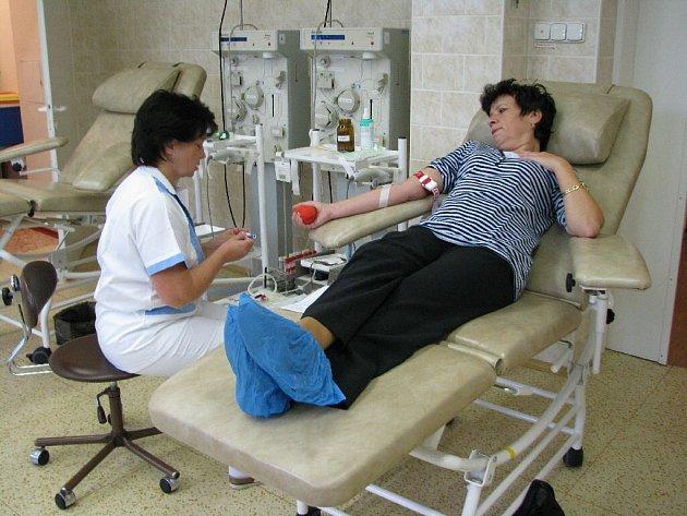 Noví dárci z řad zaměstnanců Městského úřadu v Bruntále dorazili v pátek do odběrového střediska Bruntál, Transfuzní služby a. s. holdingu Agel, aby darovali krev.