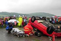 Profesionální akce krnovských záchranářů udělala ve špatném počasí na návštěvníky Dětského dne ještě větší dojem. Je dobré vědět, že si poradí za všech okolností.