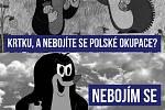 Český Krteček s kulometem je satyrická reakce polských vtipálků na zprávu, že Polsko omylem anektovalo českou kapličku.
