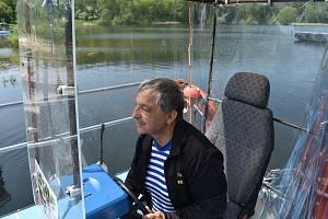 Starosta Razové Ivan Fehérvári je současně také převozník. Poskytl Deníku rozhovor na palubě přívozu Rouza, který na Slezské Hartě zajišťuje spojení mezi Razovou a Roudnem.