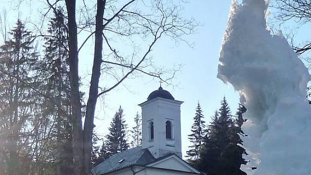 Ledový sloup opět zdobí Karlovu Studánku, i když všichni marně vyhlíží sníh.