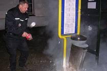 Při pravidelné kontrole  v úterý 24. března zabránili městští strážníci požáru. Když projížděli dvacet minut po půlnoci po Jesenické ulici, všimli si, že hoří odpadkový koš. Ihned vyskočili za auta, vytáhli hasící přístroj a plameny uhasili.