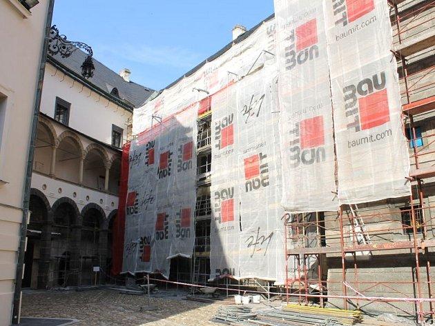 Generální opravou prochází již i hodinová věž bruntálského zámku. Opravena má být do konce srpna, nejpozději v září.