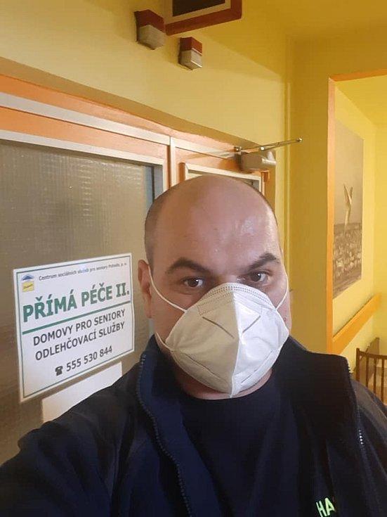 Dobrovolný hasič Josef Gašparik z Holčovic přijal výzvu hejtmana a Ardy. Přihlásil se jako dobrovolník a od prosince pečuje o seniory.