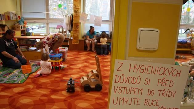 KRNOVSKÁ ŠKOLKA středeční Den otevřených dveří nezrušila. Byla to vhodná příležitost ukázat rodičům s dětmi nejen hernu a jídelníček, ale také jim vysvětlit, jak hygienická pravidla zde musí dospělí i děti dodržovat.