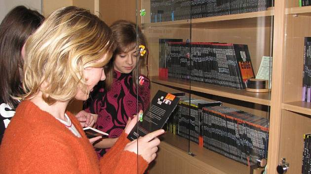 Děvčata z krnovského gymnázia přemýšlí, kterou z knih v anglickém originále si vypůjčí.