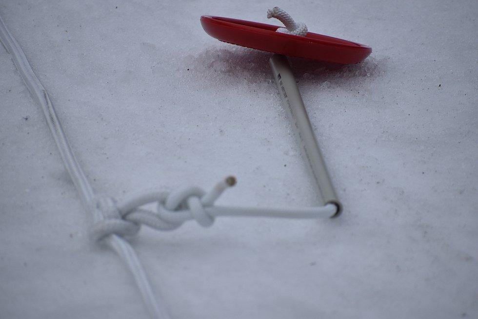 """Tažení lyžařů za rolbou je zimní sport známý jako """"rolba skijöring"""". Děti v Kopřivné této zábavě říkají rolbavláček. Může to být také alternativní doprava lyžařů na kopec, když je  zavřený vlek i lanovka."""