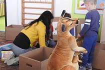 Po mateřských školách na Bruntálsku putuje klokanice Majda jako plyšový maskot projektu rozvoje vzdělávání.