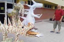 Cesta do pravěku mezi dinosaury, pterodaktily a mamuty se na linhartovském zámku odehraje 20. srpna od 20 hodin.  Papírové obludy z dílny Jaroslava Hubého jsou inspirované knížkami Julese Vernea, filmy Karla Zemana i ilustracemi Zdeňka Buriana.