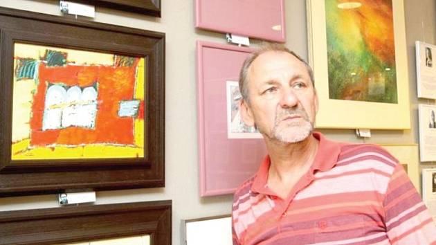 Galerista Luděk Pavézka při instalaci výstavy Krajinky v Art Galerii Zlín.