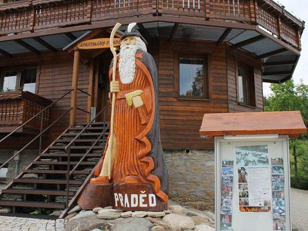 Jedna ze soch děda Praděda, kterou vyřezal Jiří Halouzka, stojí i v Karlově pod Pradědem. Jak vypadá její autor v Pradědově kostýmu, to se mohou lidé podívat v sobotu v nedalekém Ski centru Pawlin.