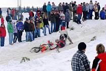 Že je motoskijöring nebezpečný sport, se mohli přesvědčit i přihlížející diváci.