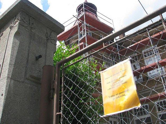 Mateřská škola na Mikulášské ulici původně měla otevřít své brány veřejnosti, ale protože se podařilo získat peníze na rekonstrukci budovy, musí kvůli stavebním pracím letos zůstat zavřená.