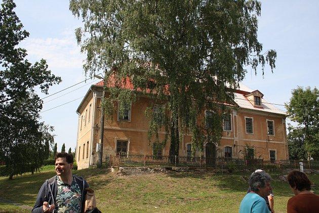 Zámek ve Slezských Pavlovicích prokoukl díky dotaci - na snímku dříve.