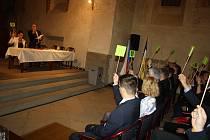 Starosta Krnova byl zvolen pomocí hlasovacích kartiček na hůlce, které slouží od roku 2014. V prvních dnech na radnici se zajímal i o to, jak mechanické hlasování nahradit elektronickým.