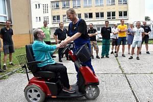 Jaroslav Kaleta se raduje z daru svých kolegů.