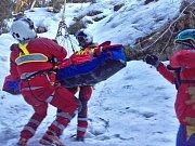 V těžce dostupném údolí Bílé Opavy záchranáři pomáhali v neděli odpoledne ženě, která zde spadla ze srázu. Uklouzla na zledovatělém povrchu, pak následoval pád z výšky patnácti až dvaceti metrů.