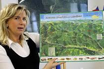 Radka Chudová, starostka lázeňské Karlovy Studánky s navigační mapou, kterou najdou místní i turisté hned na několika místech obce.