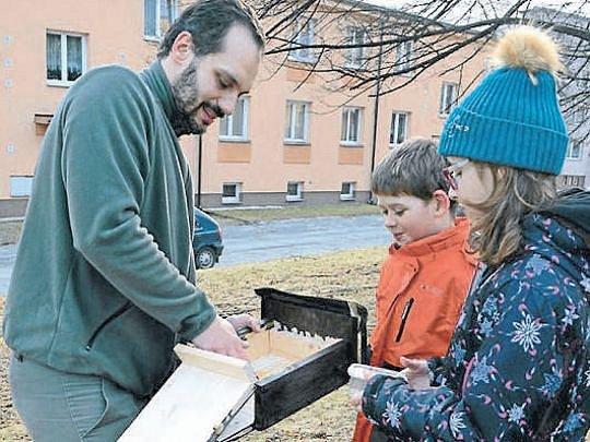Děti z Břidličné společně se zoologem Jiřím Tošenovským pověsili na stromy ve městě deset budek pro netopýry. Nyní budou kontrolovat, zda už mají netopýrovníky nové obyvatele.