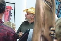 Na vernisáži v opavské Galerii Hřivnáč se návštěvníci setkali s Pavlem Charouskem a jeho dílem.