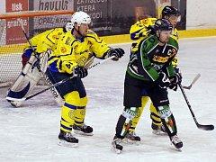 Radovan Fraš (v zeleném). Kapitán hornobenšovských hokejistů chce dotáhnout svůj tým až do finále.