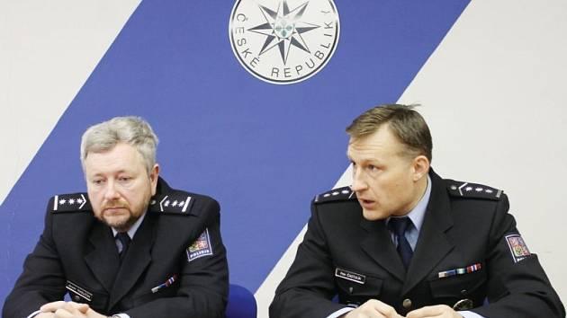 Vedoucí policie Bruntál Jaromír Tkadleček (vlevo) a jeho zástupce Petr Častulík (vpravo) při tiskové konferenci, na které se prezentovaly výsledky za rok 2013.