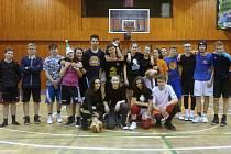 Skupina odvážných basketbalových maratonců vydržela hrát zhruba dvanáct a půl hodiny.