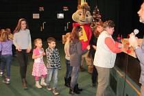 Čiperný Alvin na Štědrý den pomáhal zaměstnancům kina Mír 70 rozdávat dárky. Už deset let se v Krnově promítají štědrovečerní pohádky a letos bylo opět vyprodáno do posledního místa.