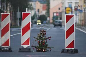 Vánoční stromek našel uplatnění i v květnu. V Krnově přispívá k bezpečnosti silničního provozu tím, že varuje řidiče před propadlým kanálem.