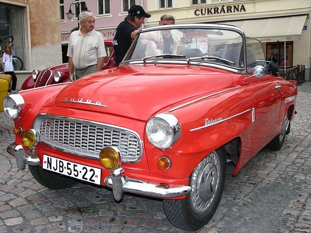 Rallye kolem Slezské Harty 2009, jejíž druhý ročník startoval na náměstí Míru v Bruntále, přilákala nejen desítky veteránů, ale také hojný počet místních obyvatel, kteří obdivovali krásu nablýskaných historických vozidel.