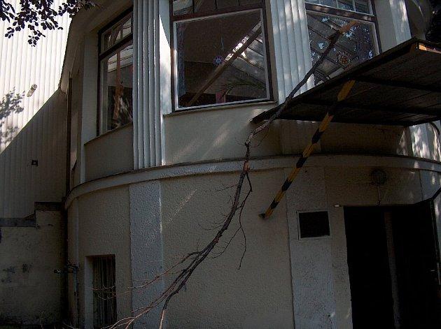 Vichřice polámala větve buků v přilehlé zahradě a ty svým pádem narušily skleněnou střechu zimní zahrady.