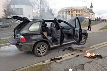 Dvě jednotky bruntálských hasičů zasahovaly v úterý odpoledne v Dukelské ulici u požáru osobního automobilu BMW X5 se slovenskou registrační značkou.