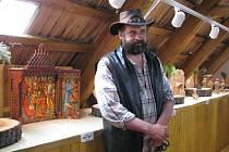 Jiří Halouzka ve své galerii vystavuje betlémy moravských řezbářů. V nově otevřené části prezentuje více než dvacet jejich děl.