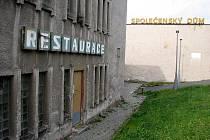 Společenský dům v Horním Benešově potřebuje akutně opravit. Je jen otázkou, zda je v malém městě potřeba tak rozsáhlého komplexu.
